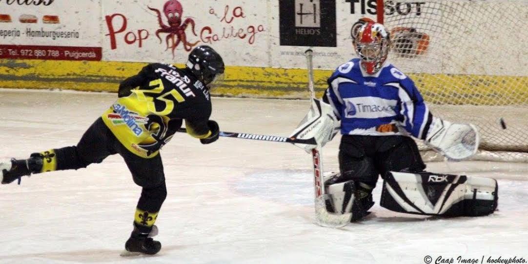 jugador-hockey-rematando-solo-porteria